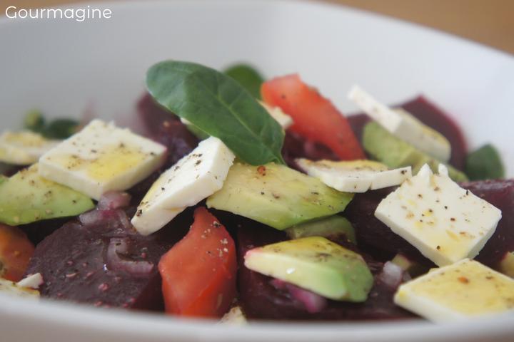 Randen, Avocado, Tomaten und Käse angerichtet als Salat in einer Schüssel