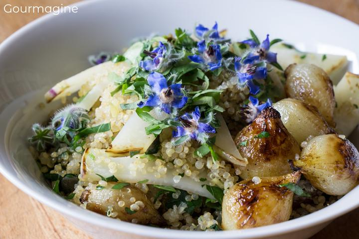 Eine Schüssel gefüllt mit Quinoa und Rübkohl
