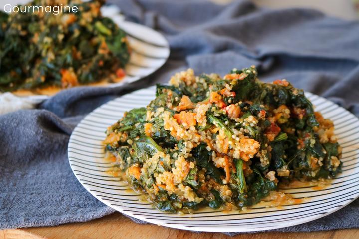 Ein Teller gefüllt mit Spinat, Quinoa und Rüebli