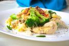 Gebackene Penne, Brokkoli, Poulet und Käse auf einem weissen Teller angerichtet