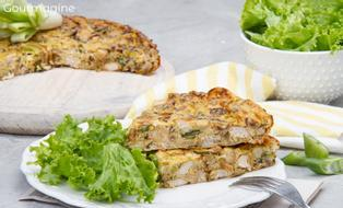 Zwei Stücke Poulet-Lauch-Wähen angerichtet auf einem weissen Teller mit grünen Salatblättern