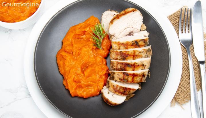 Bild eines Tellers mit geschnittenem Poulet und feinem Rüeblipüree