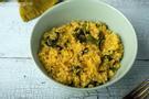 Gekochtes Bulgur und Spinat angerichtet in einer graublauen Schüssel