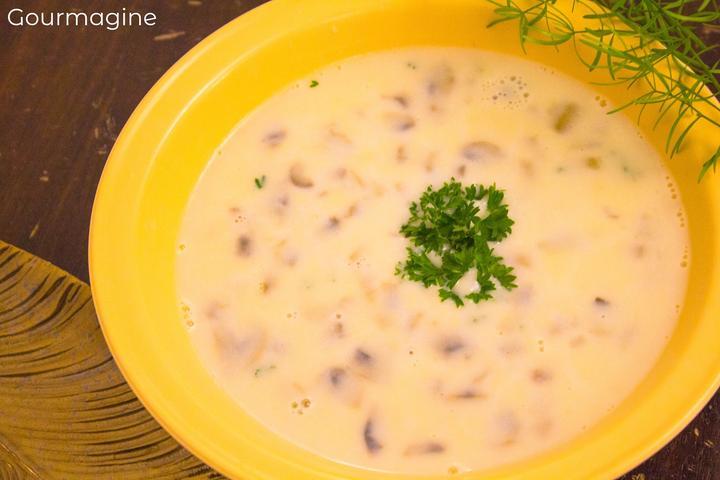 Eine gelbe Schüssel gefüllt mit Pilz-Crème-Suppe