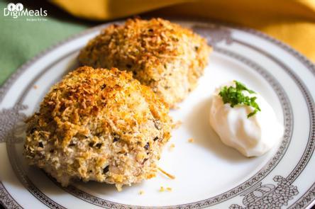 Bild von zwei Käse-Basilikum Pouletstücken auf einem Teller